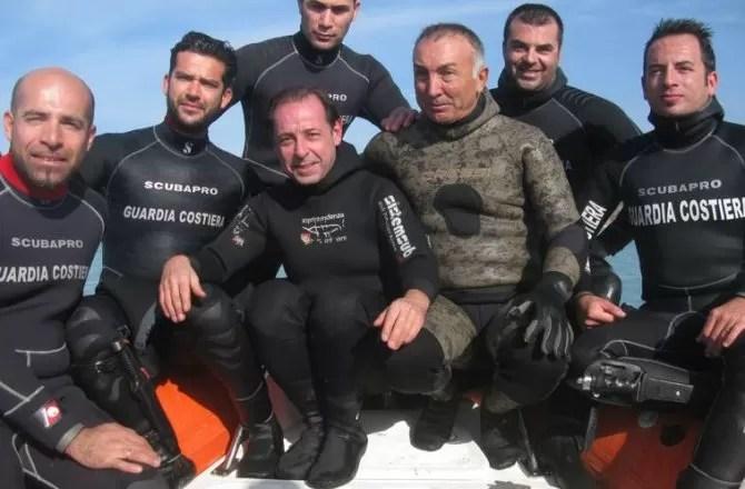 Equipe de mergulhadores que localizou a embarcação naufragada (Foto: Reprodução)