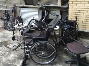 Cadeiras de rodas estão abandonadas nos fundos do Hospital Mário Kröeff (Foto: Cristina Boeckel/ G1)