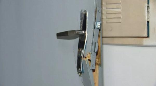 Porta de escola arrombada em Rio Preto  (Foto: Reprodução/TV TEM)