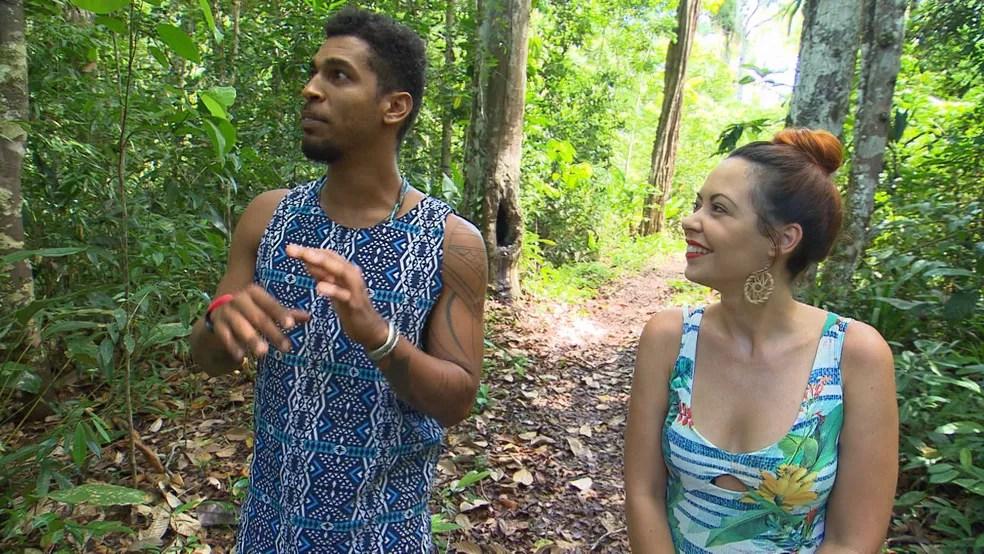 Briza faz trilha com o guia Nego Jorge, que dá uma aula sobre a fauna e a flora — Foto: TV Bahia