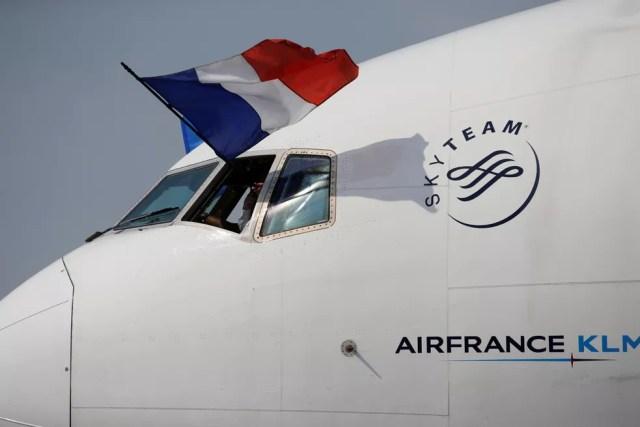 Avião chegou com bandeira da França na janela (Foto: Reuters)