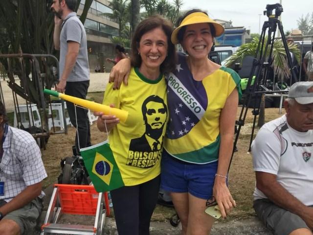 As amigas Ilma Lopes e Marinês Pulcherio na porta da casa de Bolsonaro — Foto: Fernanda Rouvenat/G1