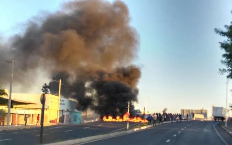 Manifestantes colocaram fogo em pneus  (Foto: Arquivo pessoal)