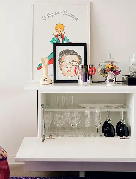 Os arquitetos Tatiana Yokota e Kleber Alves desenharam um móvel especialmente para o bar. A porta basculante torna mais fácil a retirada das taças e das garrafas e ainda serve de apoio (Foto: Edu Castello/Casa e Jardim)