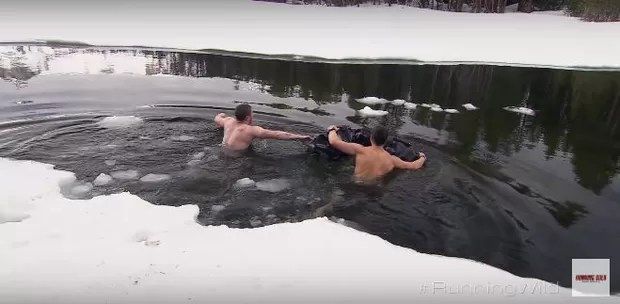 Nick Jonas atravessa rio congelado de cueca (Foto: Reprodução / Youtube)