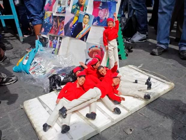Bonecos do presidente Chávez são vendidos junto com outros objetos com a imagem do presidente (Foto: Marco Bello/Reuters)