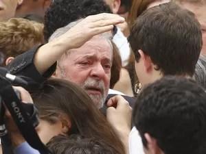 O ex-presidente Luiz Inácio Lula da Silva abraça um dos filhos de Eduardo Campos durante velório (Foto: Ricardo Moraes/Reuters)