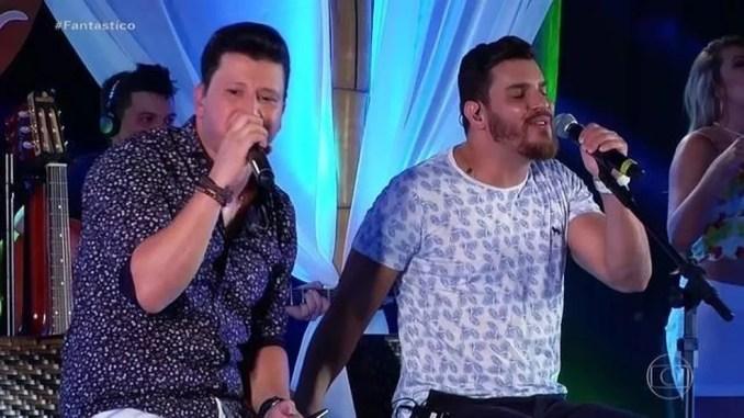 Cleber e Cauan durante show — Foto: Fantástico