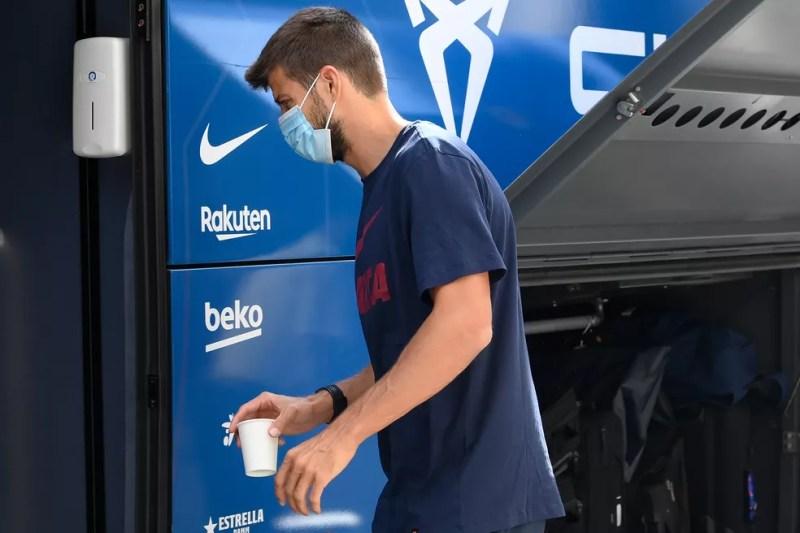 Piqué embarca no ônibus do Barcelona, na saída de Lisboa — Foto: AFP