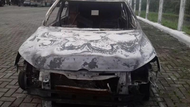 Ladrões colocaram fogo em um dos carros usados no assalto — Foto: PRF/Divulgação