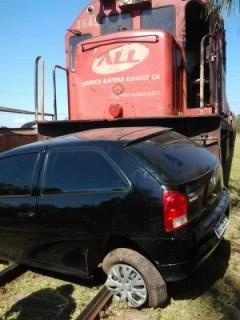 Carro atingido por trem em Corumba (Foto: Sylma Lima / Capital do Pantanal)