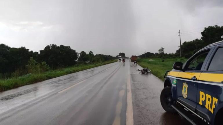 Chovia no momento do acidente ocorrido na BR-364, sentidos Candeias do Jamari e Ariquemes.  — Foto: Divulgação/PRF