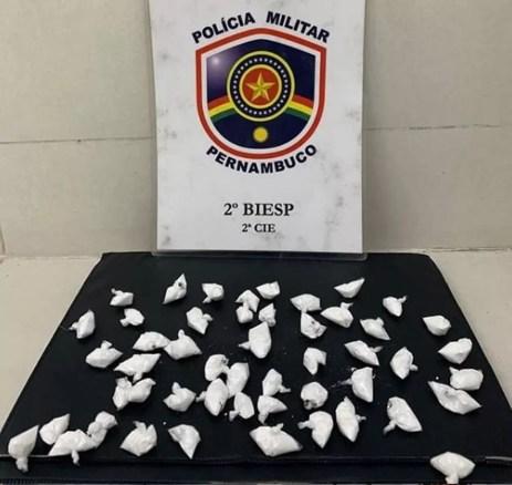 Papelotes de cocaína apreendidos em banheiro da feira da Areia Branca  — Foto: Reprodução/ 2º Biesp