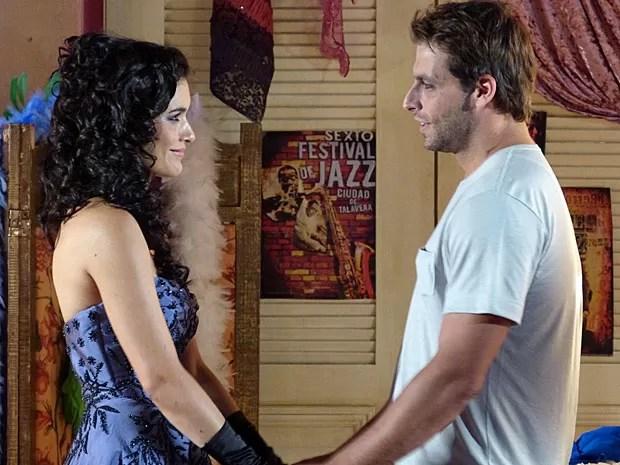 Cristal se emociona ao se despedir de Cassiano (Foto: Flor do Caribe/TV Globo)