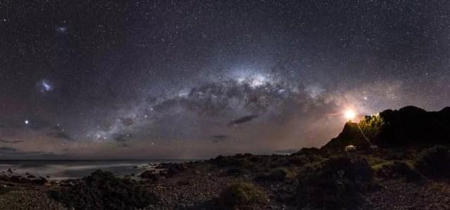 Imagem das Nuvens de Magalhães - duas pequenas galáxias satélites em órbita ao redor da Via Láctea — Foto: Mark Gee