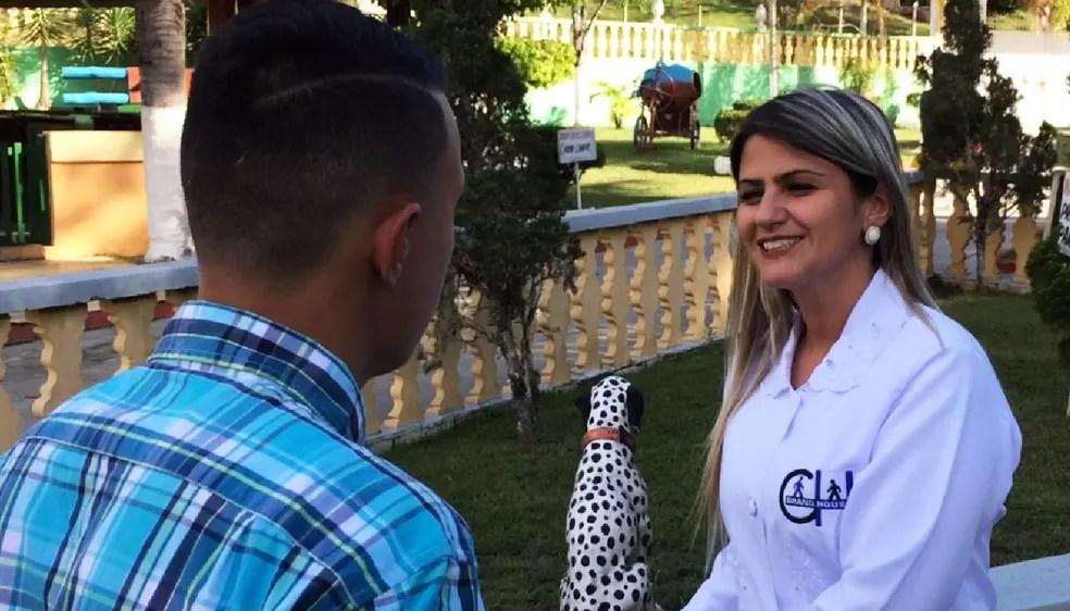 Adolescente conversa com a psicóloga Marcela Abrahao da Silveira (Foto: Glauco Araújo/G1)