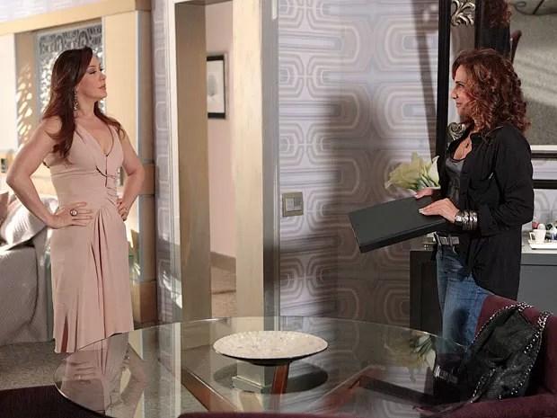 Lívia fica feliz com o dossiê montado por Wanda (Foto: Salve Jorge/TV Globo)