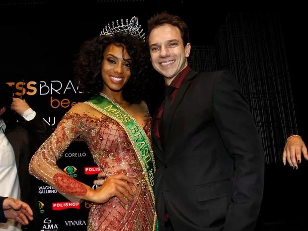 Miss Brasil 2016 Raissa Santana, do Paraná, com o namorado, Marcos Tagliari, em São Paulo (Foto: Celso Tavares/ EGO)