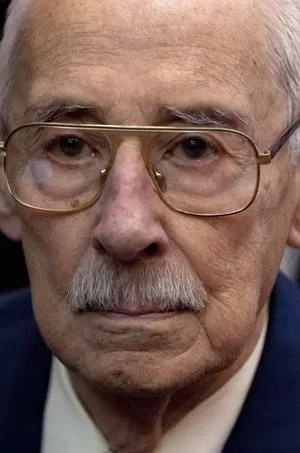 Jorge Rafael Videla ouve seu veredicto em corte de Buenos Aires nesta quinta-feira (5) (Foto: Natacha Pisarenko/AP)