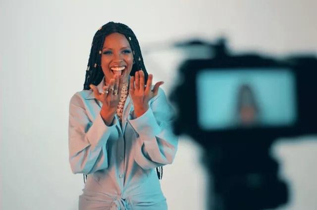 Isabel Fillardis nos bastidores das gravações do lyric video da sua primeira canção solo (Foto: Divulgação)