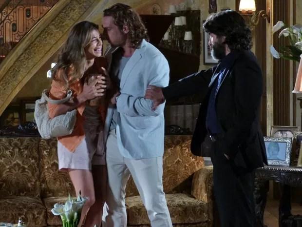 """Com as """"cinzas"""" do amado nas mãos, Ester desaba e acusa Dom Rafael (Foto: Flor do Caribe/TV Globo)"""