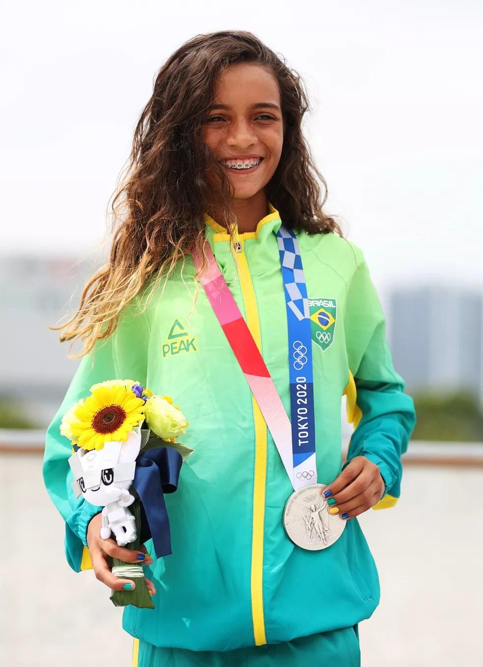 Rayssa Leal sorri com a medalha de prata do skate street feminino — Foto: Patrick Smith/Getty Images