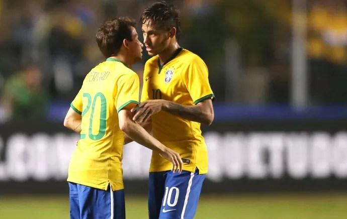 Bernard e Neymar Brasil x servia (Foto: Marcos Ribolli)