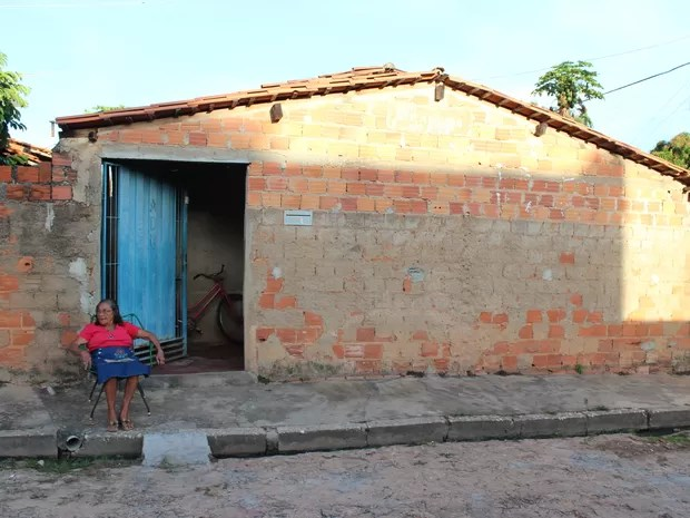 Maria vive em uma casa inacaba na periferia de Teresina (Foto: Ellyo Teixeira/G1)