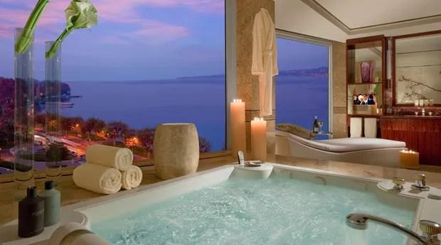 Como se não bastasse, a banheira de hidromassagem fica de frente para o lago, com uma vista invejável  (Foto: Divulgação/Hotel President Wilson)