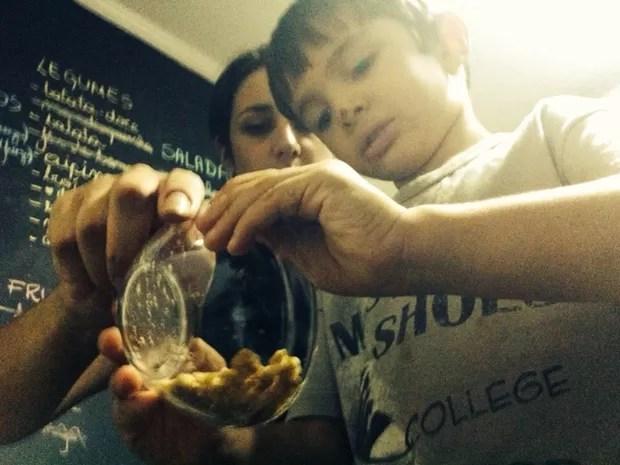 Bruna explica o filho sobre os benefícios de frutas (Foto: Carlos Dias/G1)