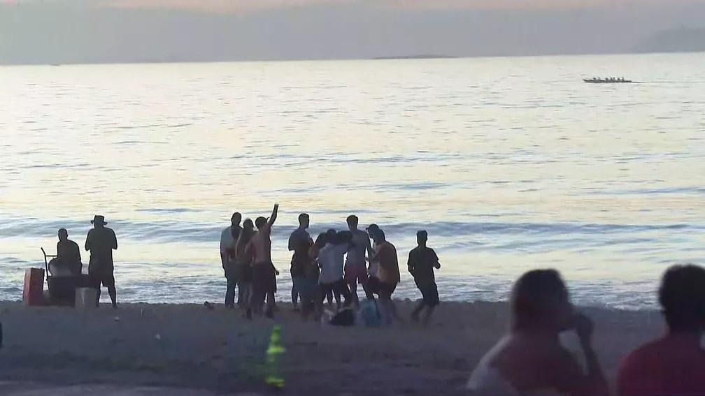 Grupo sem máscara festejava na Praia do Leblon no início da manhã desta terça-feira (16) — Foto: Reprodução/TV Globo