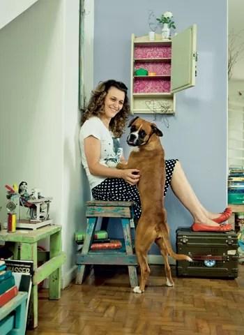 Ana tem uma enorme coleção de bancos e a maioria veio de caçambas. O armário na parede também foi encontrado na rua. Para atualizá-lo, ela colou um tecido de renda rosa em seu interior (Foto: Felipe Gombossy)