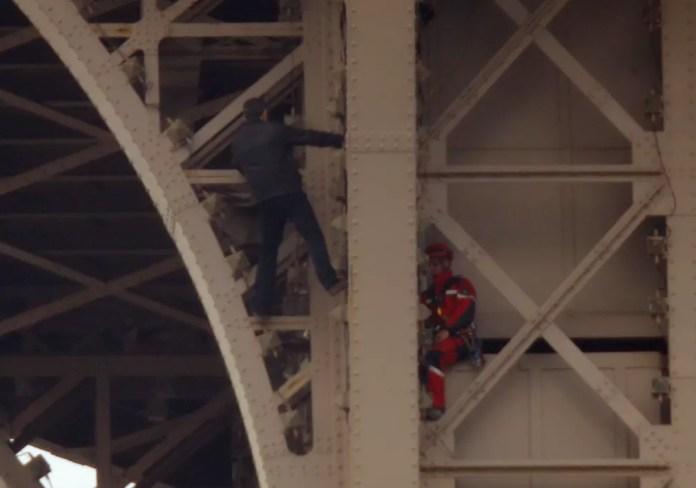 Homem escala a Torre Eiffel em Paris — Foto: Reuters/Charles Platiau