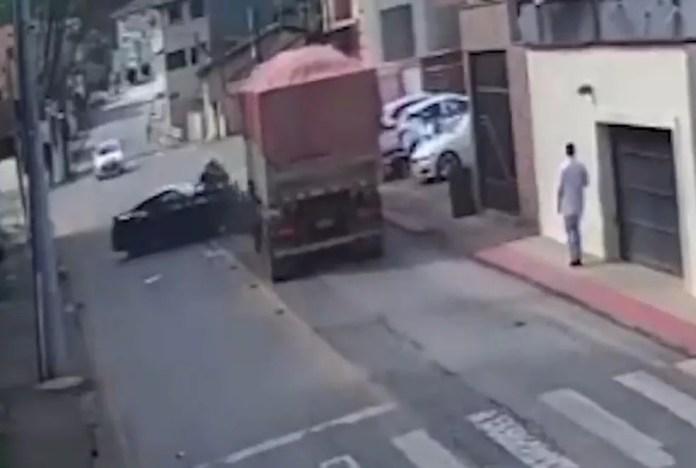 Vídeo mostra batida entre carro de luxo e carreta no ES — Foto: Reprodução/TV Gazeta