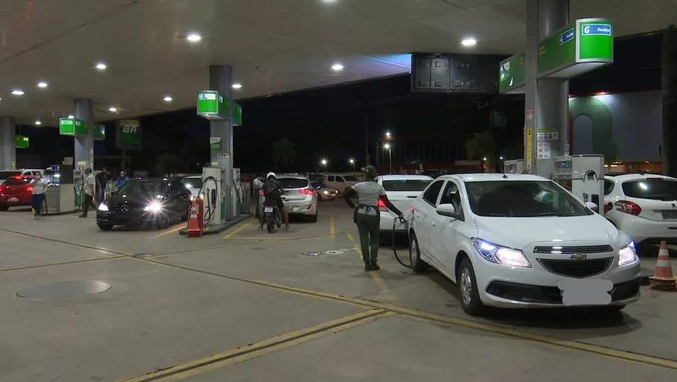 Motoristas também lotaram postos de combustíveis para garantirem abastecimento antes do fechamento emergencial no Acre — Foto: Reprodução/Rede Amazônica Acre