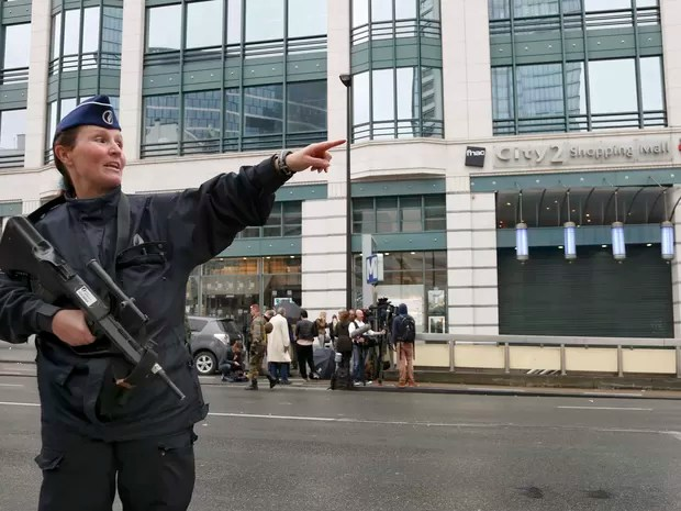 A policewomen gives directions outside the City2 shopping complex which was evacuated following a bomb scare in Brussels, Belgium, June 21, 2016. (Foto: Francois Lenoir/Reuters)