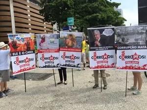 Grupo fez cartazes para manifestação em Copacabana (Foto: Henrique Coelho/G1)