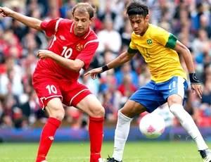 Neymar e  Renan Bressan na partida do Brasil contra a Bielorrússia (Foto: Reuters)