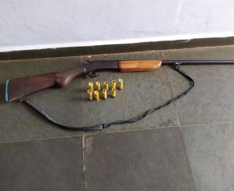 Arma encontrada junto aos animais abatidos e os cachorros abandonados — Foto: Polícia Militar - MT