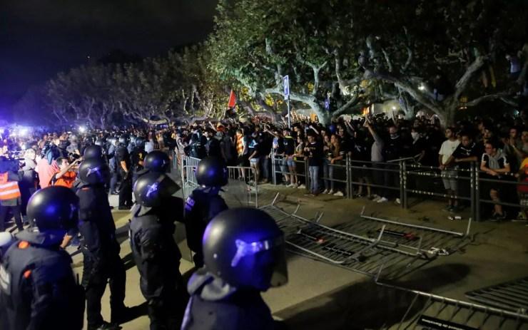 Policiais encaram manifestantes pró-independência após protesto realizado um ano após referendo por separação da Catalunha, em Barcelona, na segunda-feira (1) — Foto: Reuters/Jon Nazca