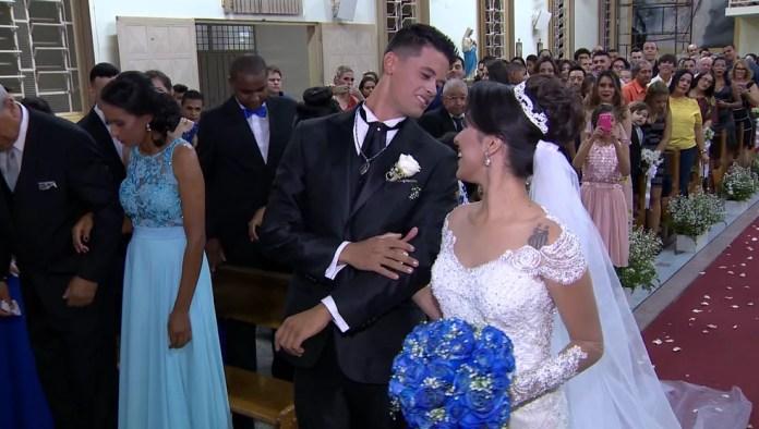 Símbolo no vestido deixou noivo surpreso e feliz (Foto: TV Fronteira / Reprodução)