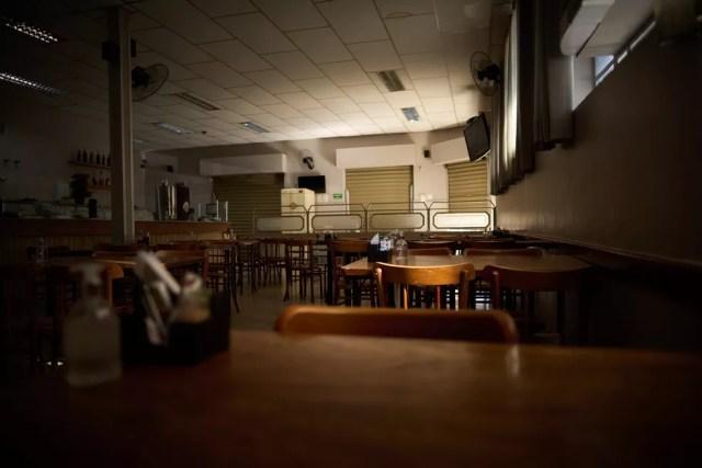 Restaurantes só poderão operar com entregas no domingo (6) — Foto: Igor do Vale/G1