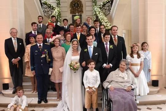 A foto oficial dos noivos com os membros da nobreza europeia (Foto: Divulgação)