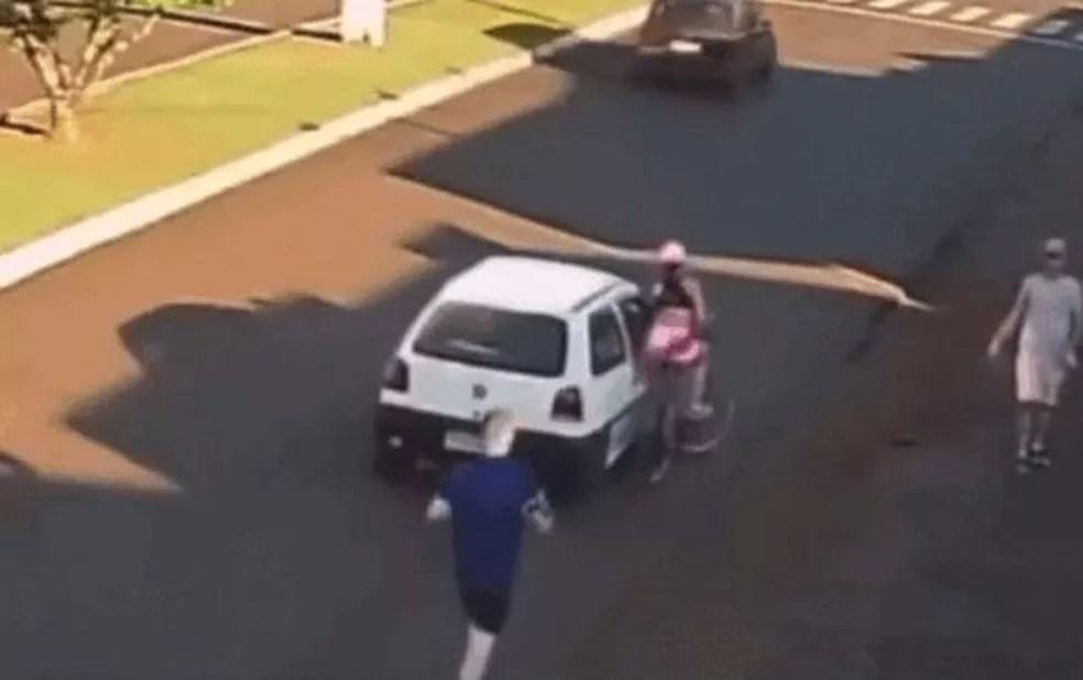 Vítima caiu na pista após ser agarrada, em Palmas — Foto: Câmera de monitoramento