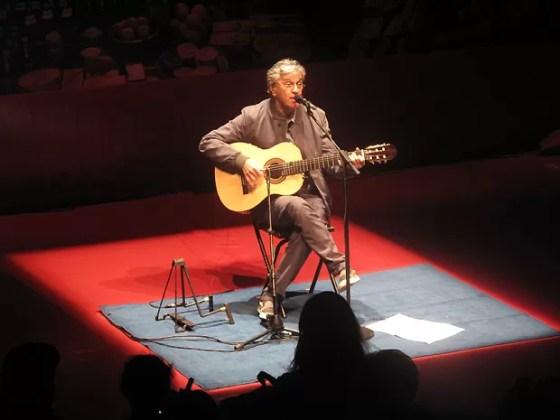 Caetano Veloso se apresenta no projeto Humanidade 2012, no Forte de Copacabana, no Rio: músico baiano cantou sucessos como 'Você é linda', 'Terra' e 'Leãozinho' (Foto: Henrique Porto/G1)