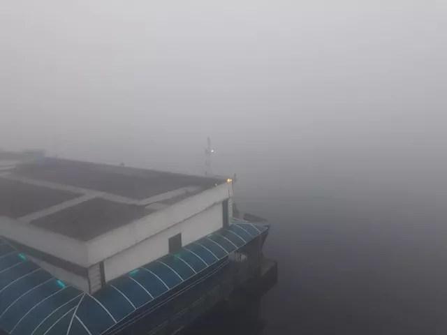 Nevoeiro prejudica a visibilidade na travessia de barcas entre Santos e Vicente de Carvalho, SP (Foto: Nina Barbosa/G1)
