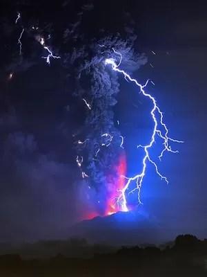 Vulcão segue em erupção no Chile e cancela voos em Bariloche (Martin Bernetti/AFP)