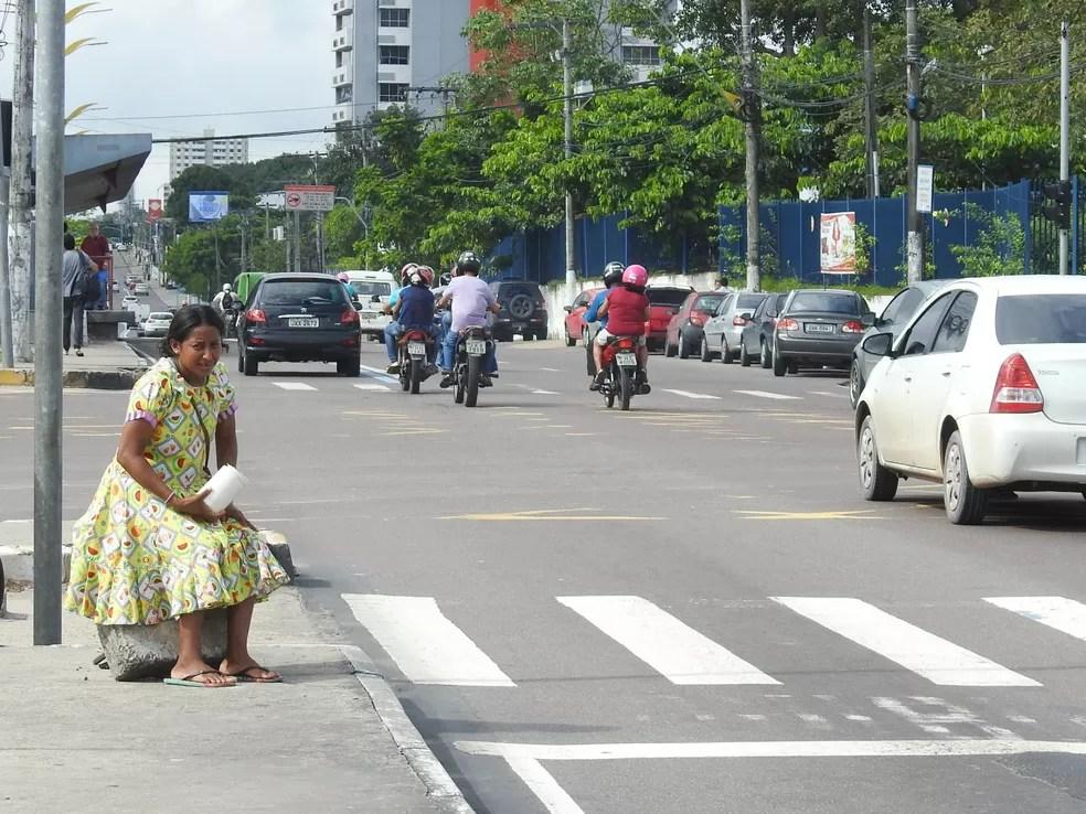 Venezuelana Duana tem pedidos ajuda nas ruas de Manaus (Foto: Adneison Severiano/G1 AM)