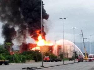 Incêndio ainda atinge um tanque de combustível em Santos, SP (Foto: Rafaella Mendes/G1)