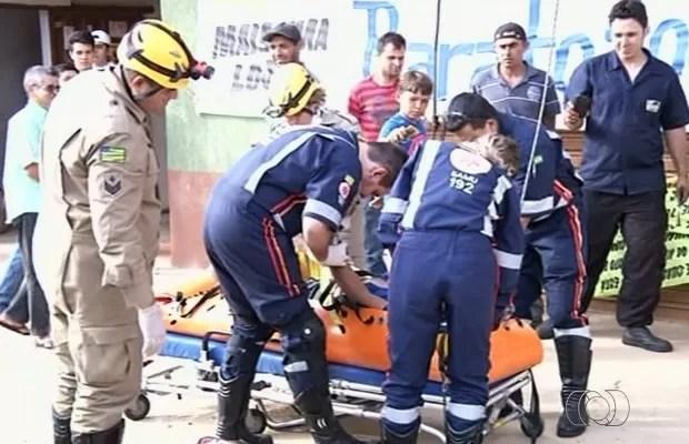 Servente sobrevive após levar choque elétrico de 13 mil volts, em Anápolis, Goiás (Foto: Reprodução/TV Anhanguera)